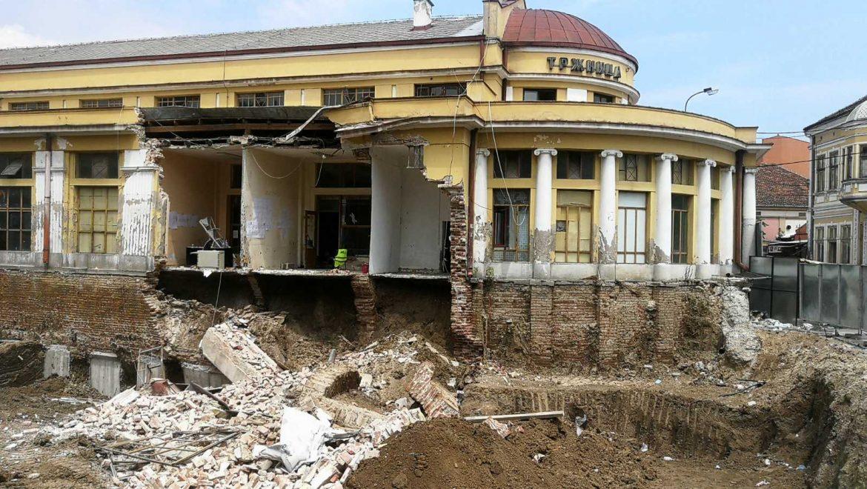 Urušio se zid upravne zgrade Zelene pijace u centru Kragujevca
