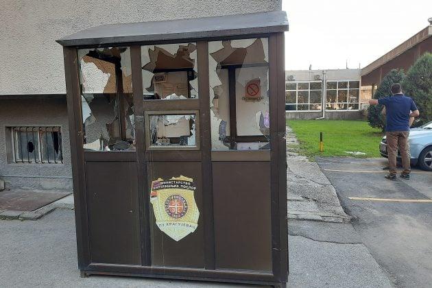 PU Kragujevac, tokom protesta povređena četvorica policajaca, demolirane prostorije PU