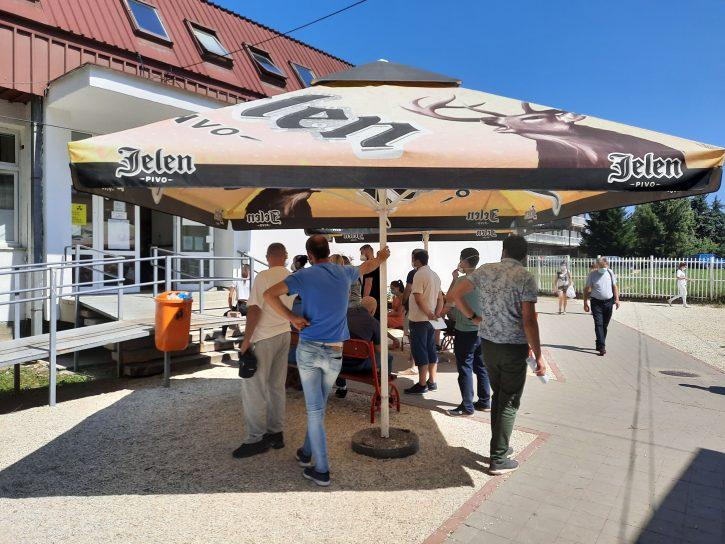 Ukradeni suncobrani ispred Kovid ambulante u Kragujevcu