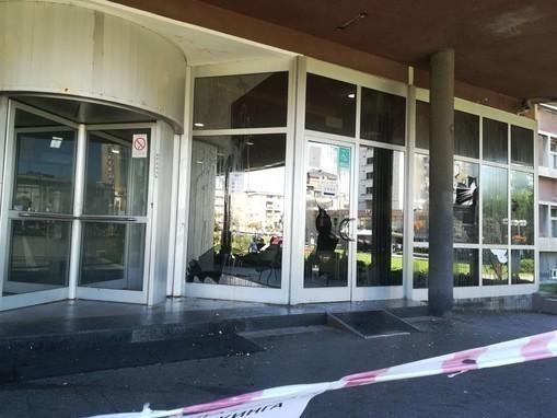 Razbijena stakla na zgradi opštine u Kragujevcu posle protesta od sinoć