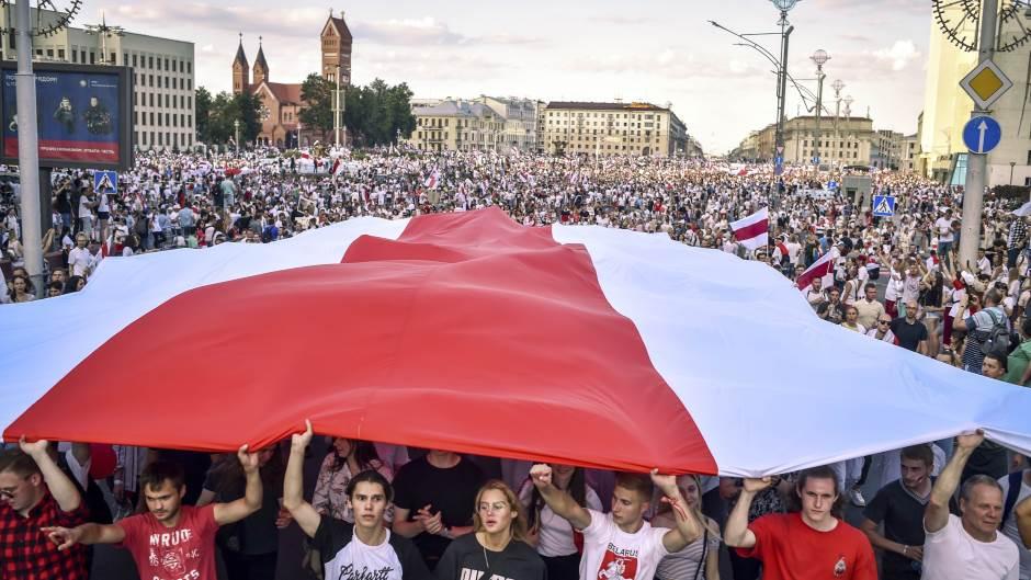 Desetine hiljada demonstranata u Minsku, policija uhapsila 250 ljudi