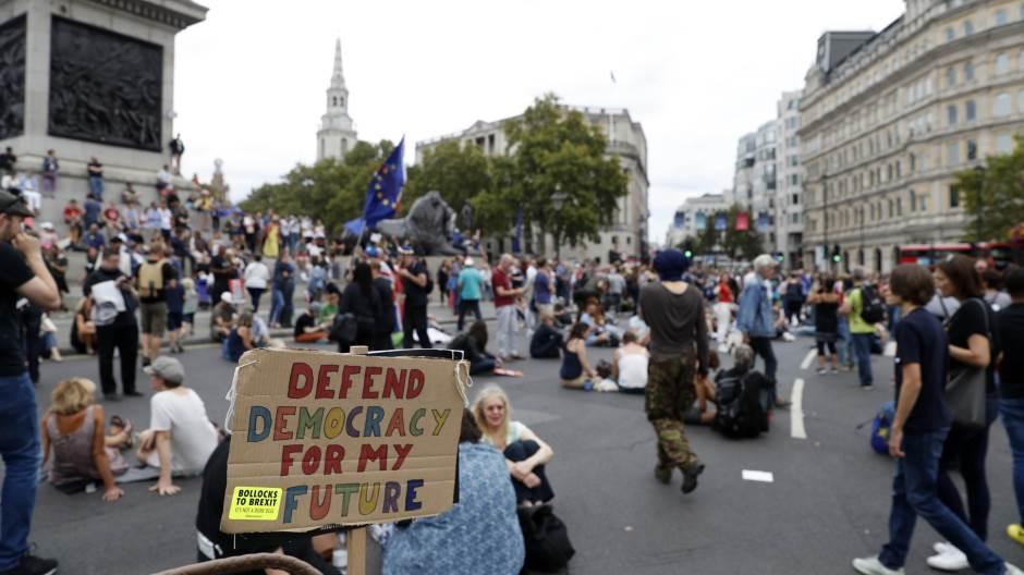 U Londonu protest protiv restrikcija za suzbijanje korona virusa