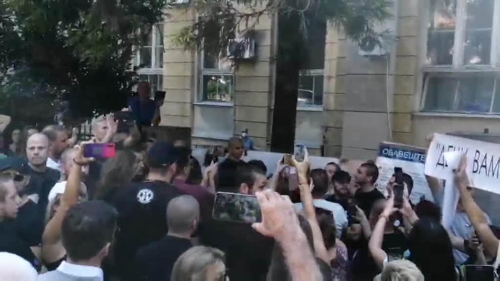 Protest ispred Batuta zbog najavljenog testiranja vakcine protiv korona virusa