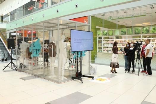 Kragujevac: Otvorena Prazna prodavnica kojoj gradjani doniraju garderobu za najugroženije