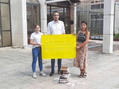 Studenti predali Šarčeviću 18.000 potpisa za smanjenje školarine