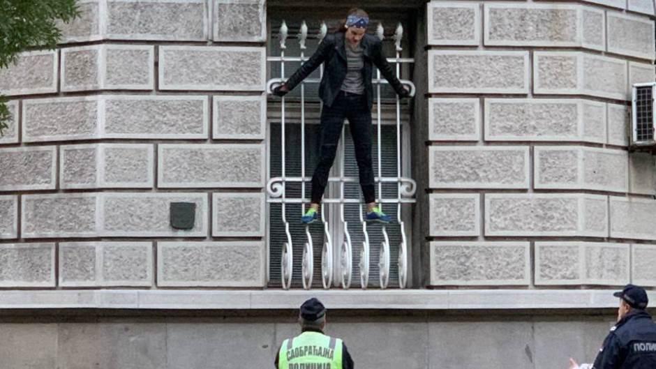 N1: Devojka se popela na prozor Predsedništva Srbije