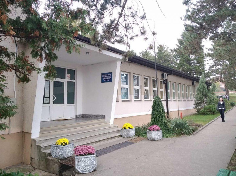 Tri odeljenja srednje škole u Rači u izolaciji