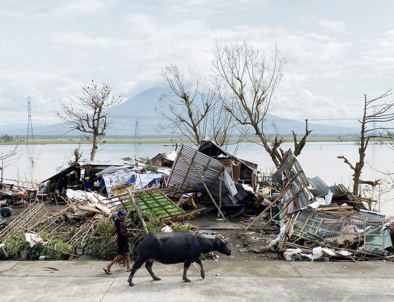 Najmanje 42 osobe poginule u naletu tajfuna na Filipinima