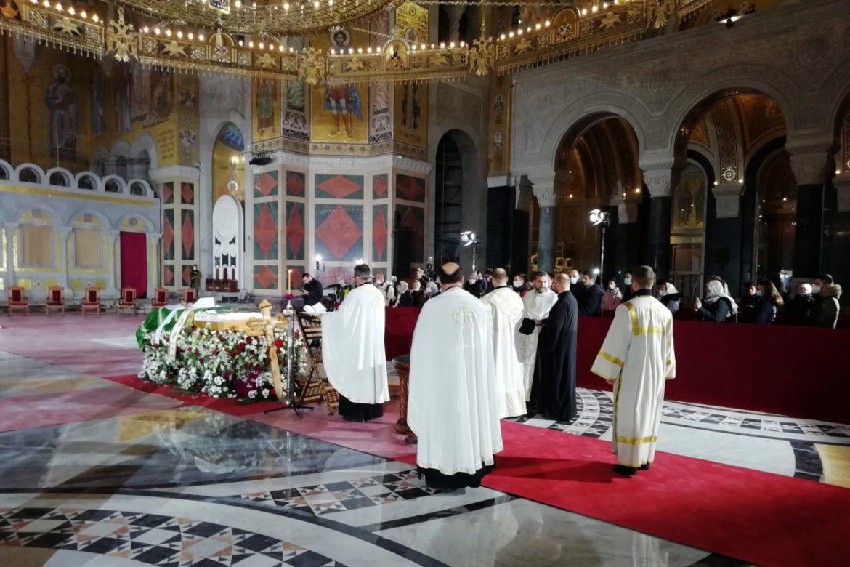 U Hramu Svetog Save u toku je bogosluženje posle kojeg će biti sahranjen patrijah Irinej