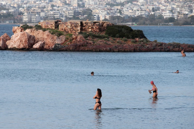 Vruć talas u Grčkoj: 28 stepeni, ljudi na plažama,