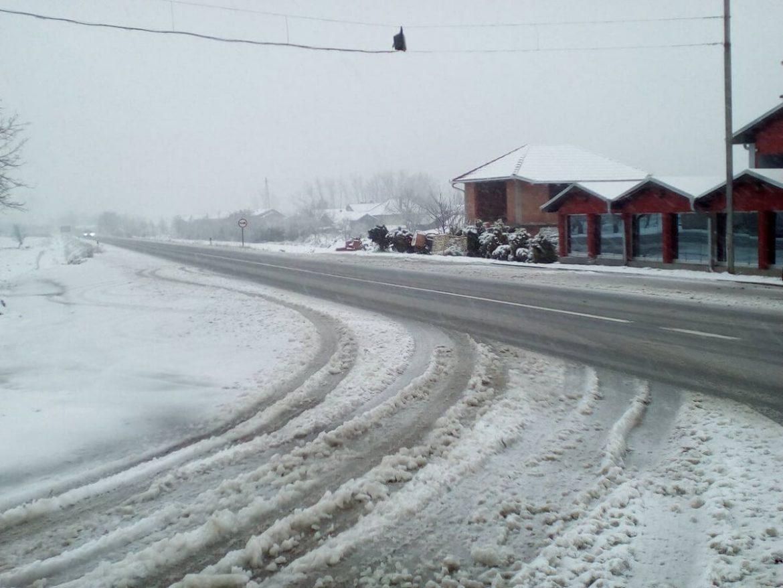 AMSS: Oprez u vožnji zbog snega i poledice