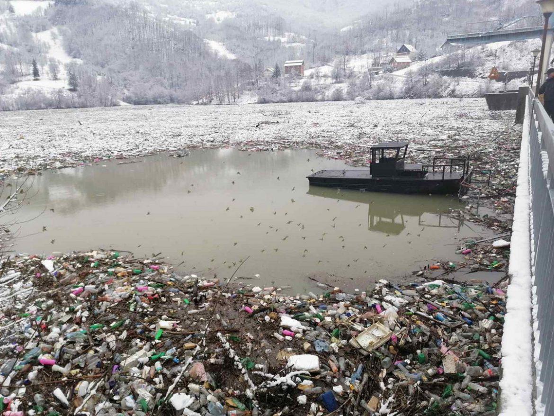 Počelo čišćenje Potpećkog jezera od otpada