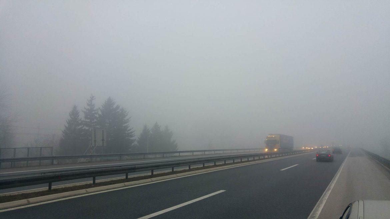 AMSS: Jutos umeren saobraćaj, slabija vidljivost zbog magle