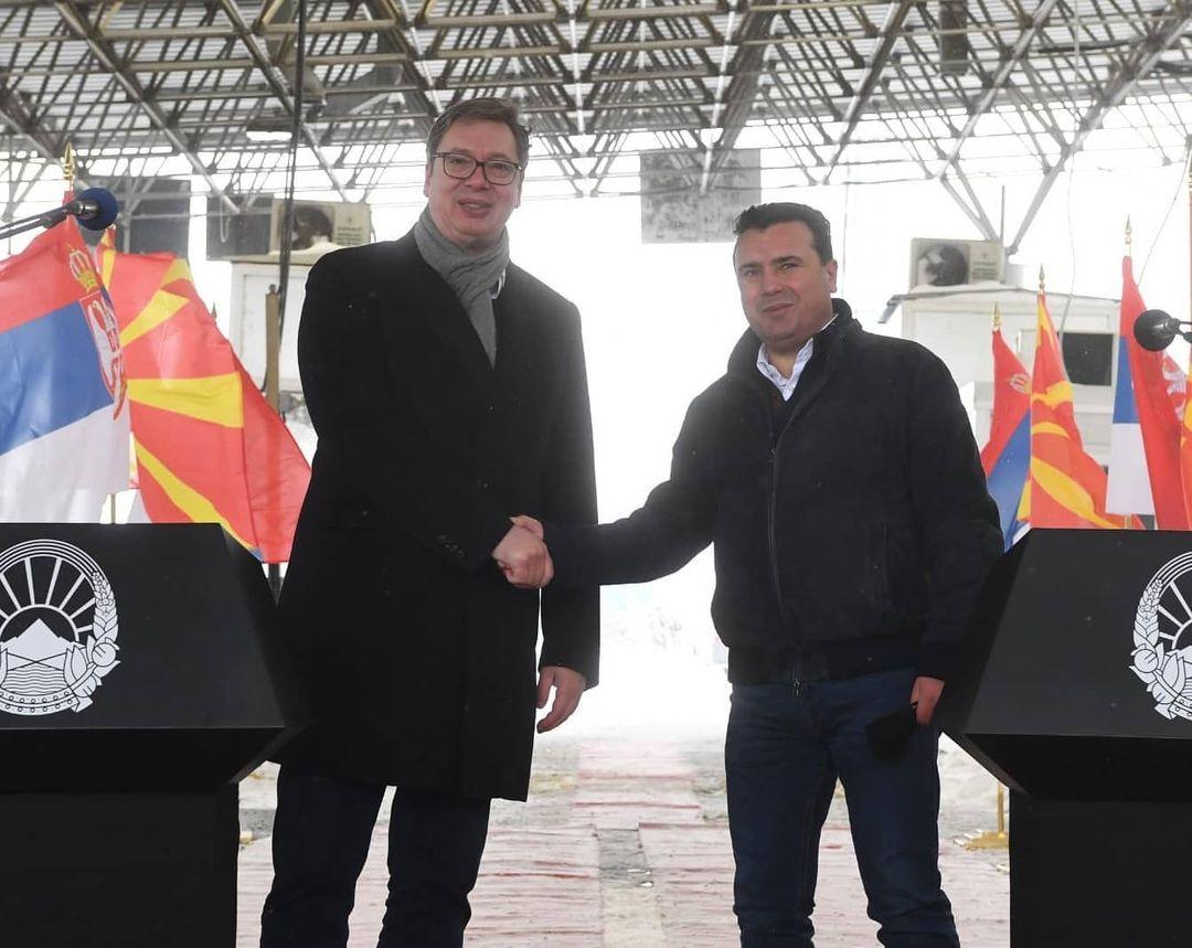 Vučić uručio Zaevu vakcine protiv korone