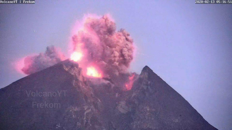 Vulkan Sinabung u Indoneziji izbacuje pepeo