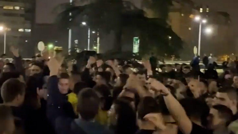 """Velika grupa studenata na žurci ispred """"Studenjaka"""""""