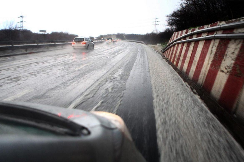 AMSS: Saobraćaj bez zastoja, mogući mokri kolovozi
